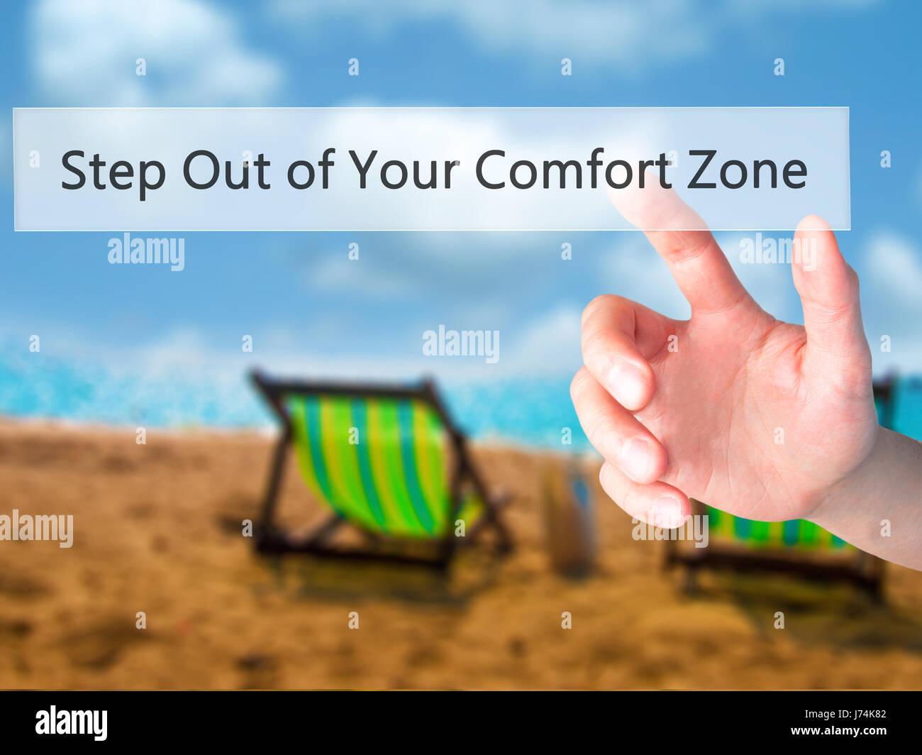 Passo al di fuori della vostra zona di comfort - Mano premendo un pulsante sul fondo sfocato concetto . Business, tecnologia internet concetto. Stock Photo Foto Stock