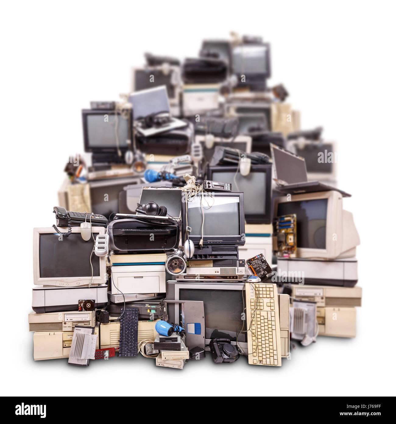Rifiuti elettronici pronto per il riciclaggio isolati su sfondo bianco Immagini Stock