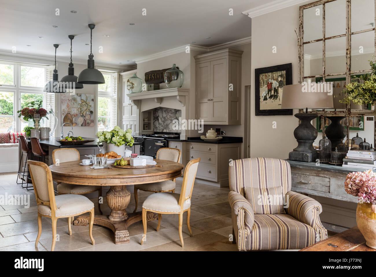 Spaziosa cucina con pavimento di pietra calcarea e piastrelle