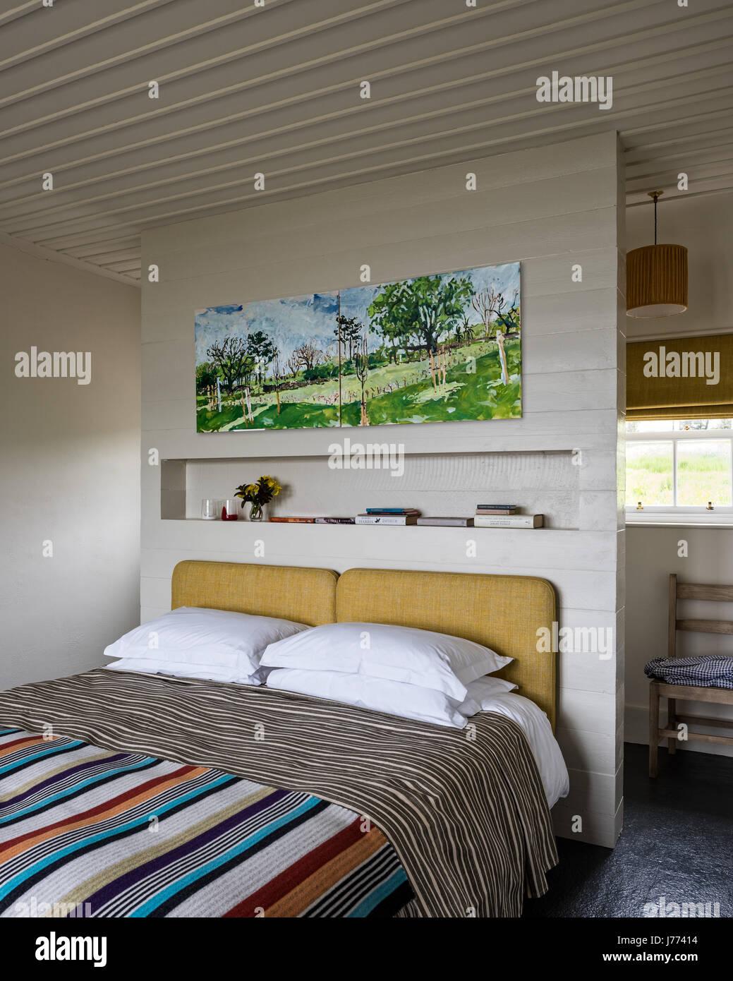 artwork da tyga helme al di sopra di un letto matrimoniale