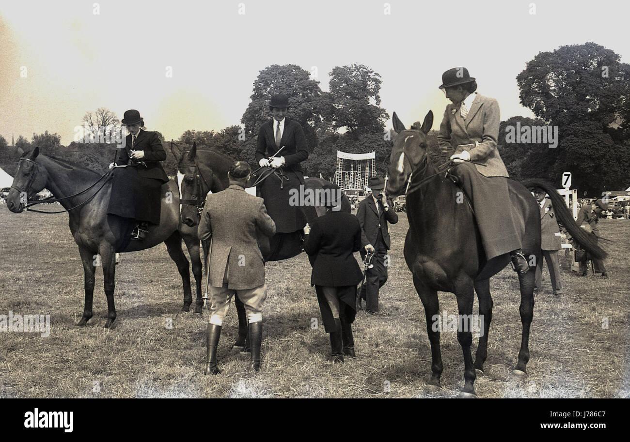 sale retailer f1ae5 25342 1950, storico, immagine mostra tre donne su cavalli ...