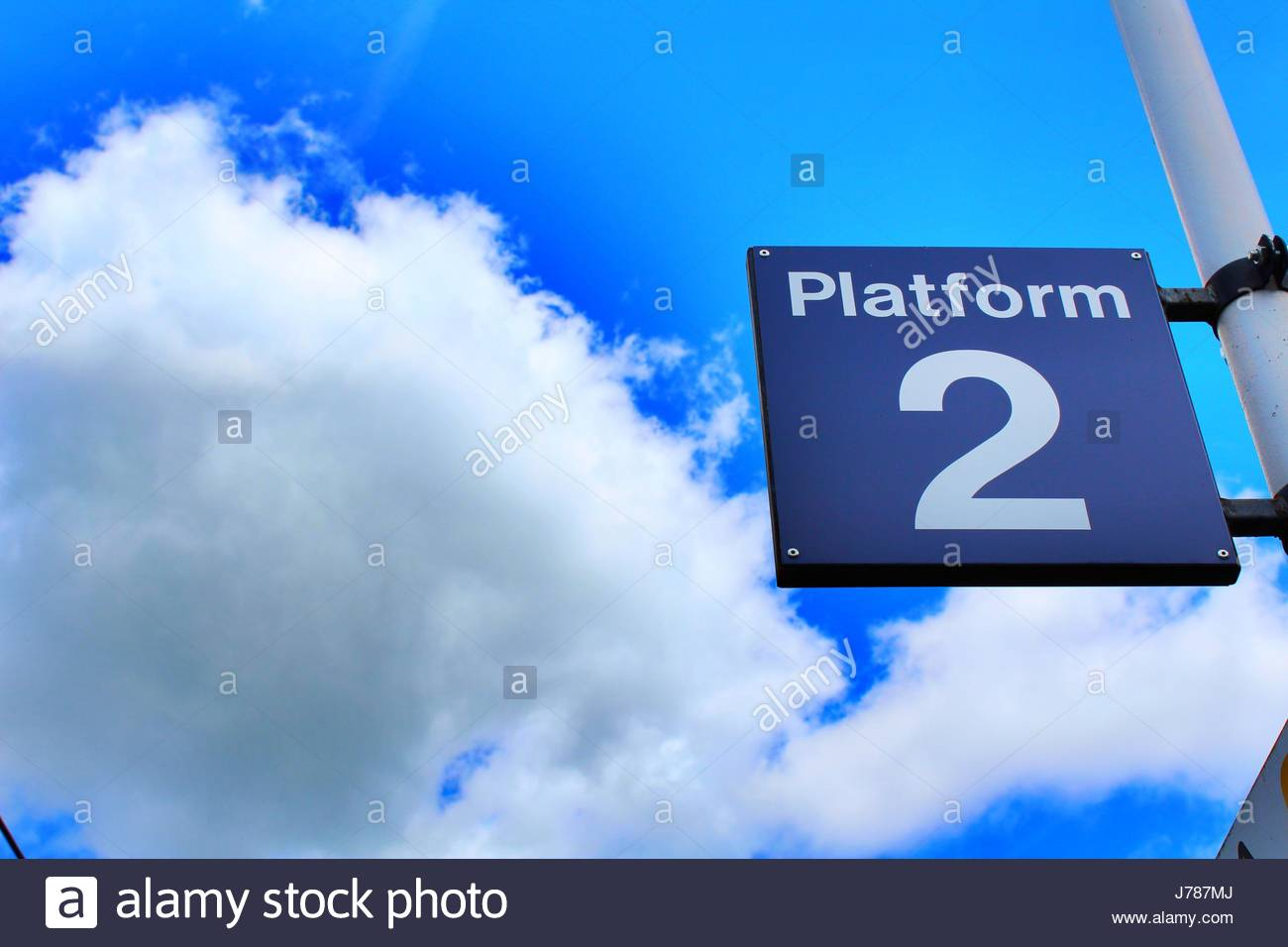 Piattaforma davanti a cielo nuvoloso Immagini Stock