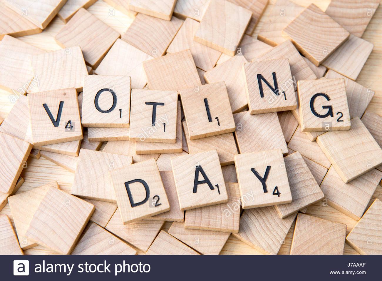 La giornata elettorale farro con lettere di scrabble su piastrelle