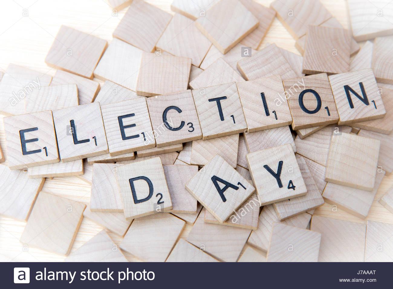 Il giorno delle elezioni farro con lettere di scrabble su piastrelle