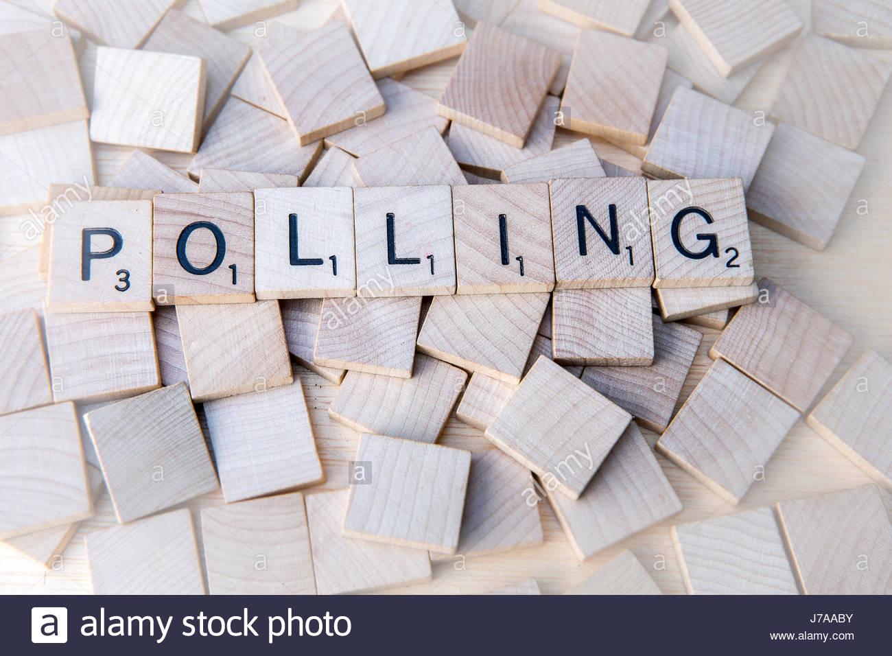 Il farro di polling con lettere di scrabble su piastrelle di legno