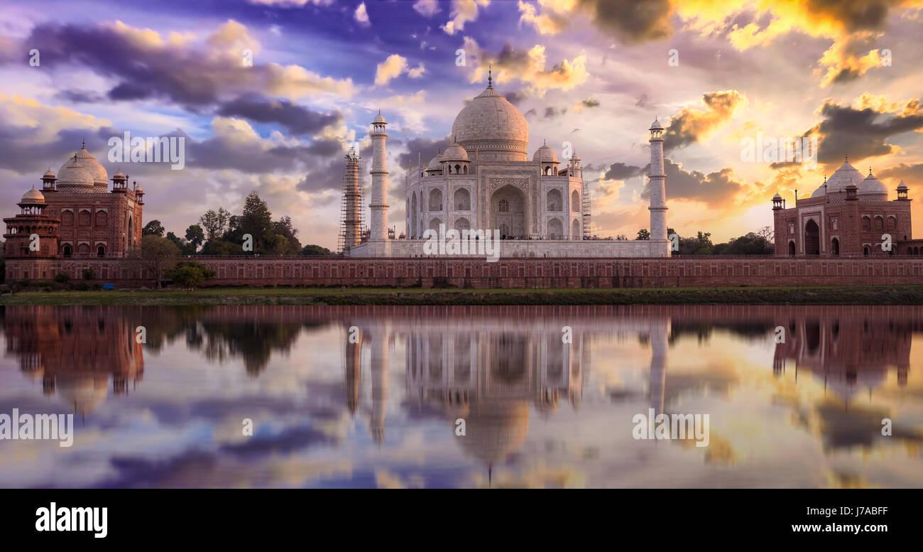 Taj Mahal vista tramonto da mehtab bagh sulle rive del fiume Yamuna. Taj Mahal è un marmo bianco mausoleo designato Immagini Stock