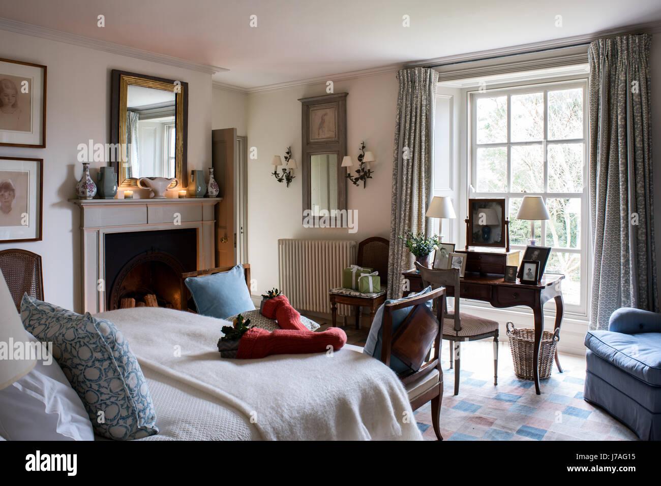 Camera Da Letto Elegante calze di natale sul letto in camera da letto elegante con