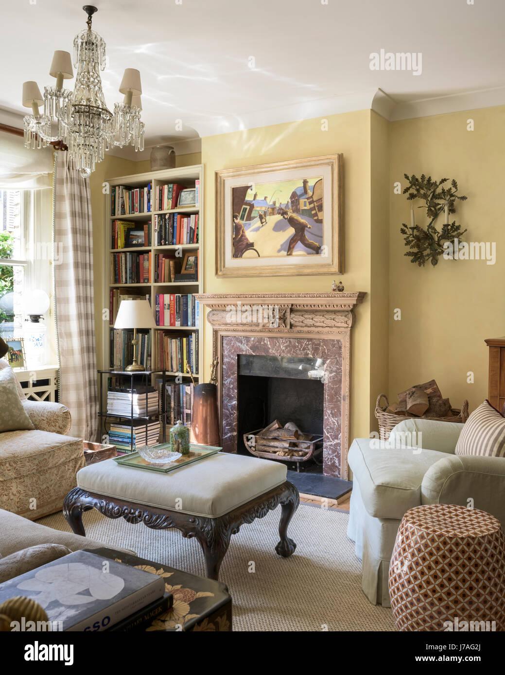 Uno stile tradizionale inglese soggiorno con stile Howard poltrona ...