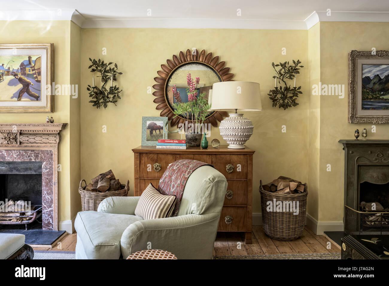 Uno stile tradizionale inglese soggiorno con stile howard for A specchio in inglese