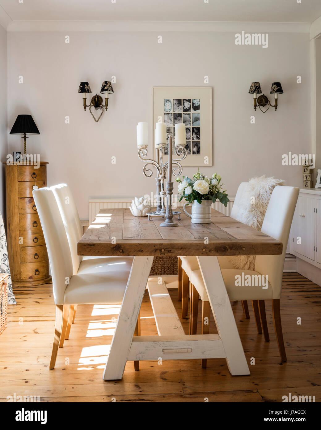 Ariosa sala da pranzo con grande tavolo in legno e pavimento in ...