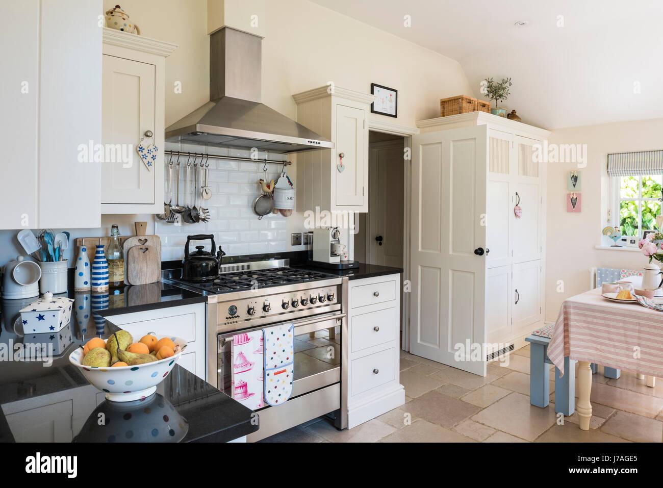 Spaziosa cucina a pianta aperta con smeg termocucina e rustico