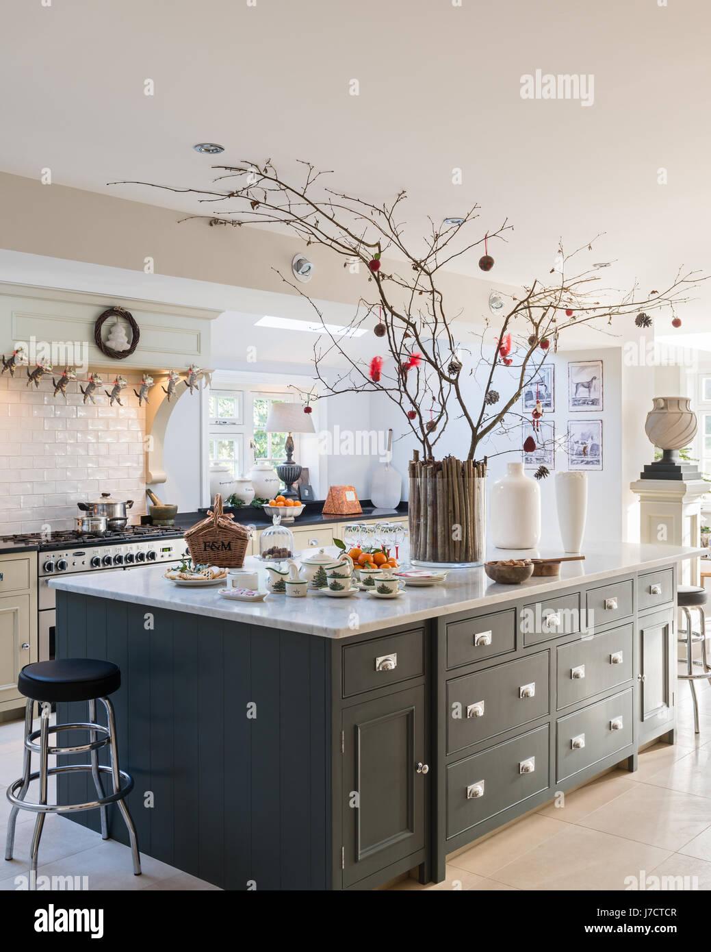 Spaziosa cucina isola unità con decorazioni di Natale nel XVIII ...