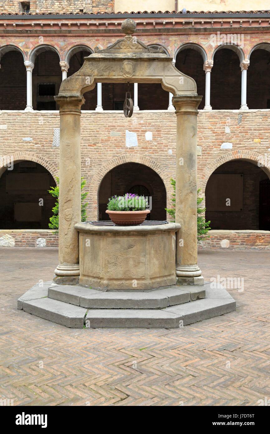 E nel chiostro della Basilica di Santo Stefano, Bologna, Emilia Romagna, Italia, Europa. Immagini Stock