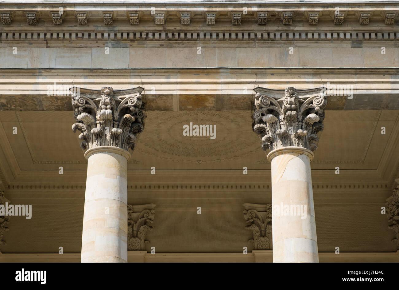 Due pilastri colonne e capitelli su architettura storica
