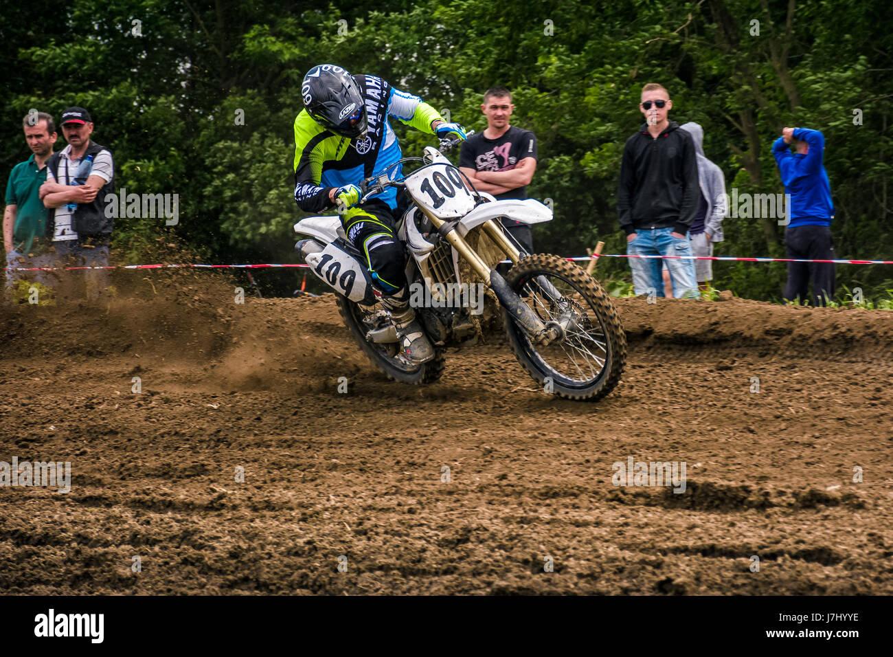 Uzhgorod, Ucraina - 21 Maggio 2017: moto Enduro rider in fase di accelerazione in pista sterrata. Transcarpazia Immagini Stock