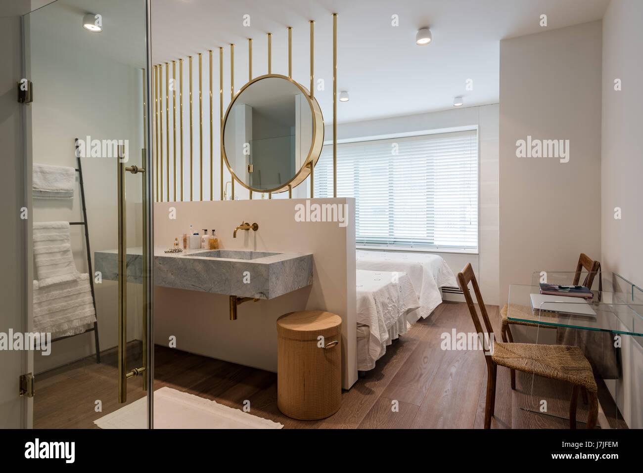 Ottone grande specchio sopra il bagno lavandino in camera da letto ...