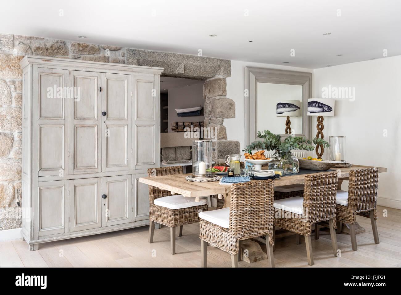Spaziosa cucina con sala da pranzo rattan sedie e armadio antico ...