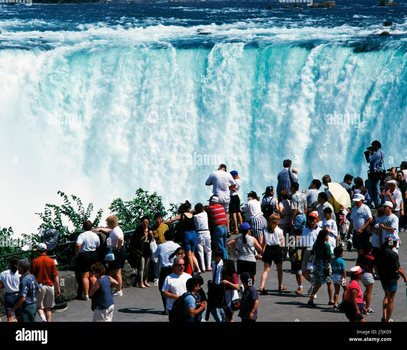 I turisti la visualizzazione di Niagara Falls, Ontario, Canada Immagini Stock