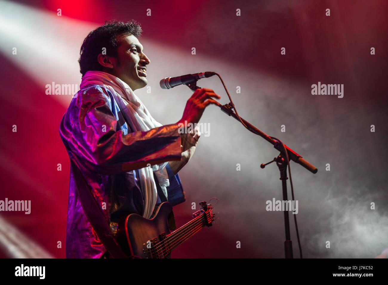 El guitarrista tuareg Bombino (Níger) duranti el concierto celebrado en la Plaza Mayor de Cáceres con Immagini Stock