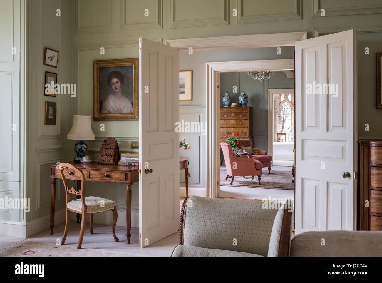 Vista attraverso una serie di porte aperte e stanze da bagno alla