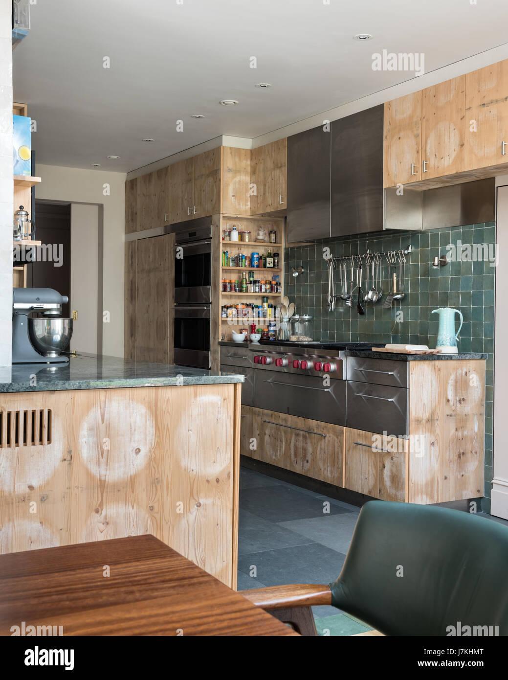 Recuperati formaggi di pino armadi in cucina con parete verde ...