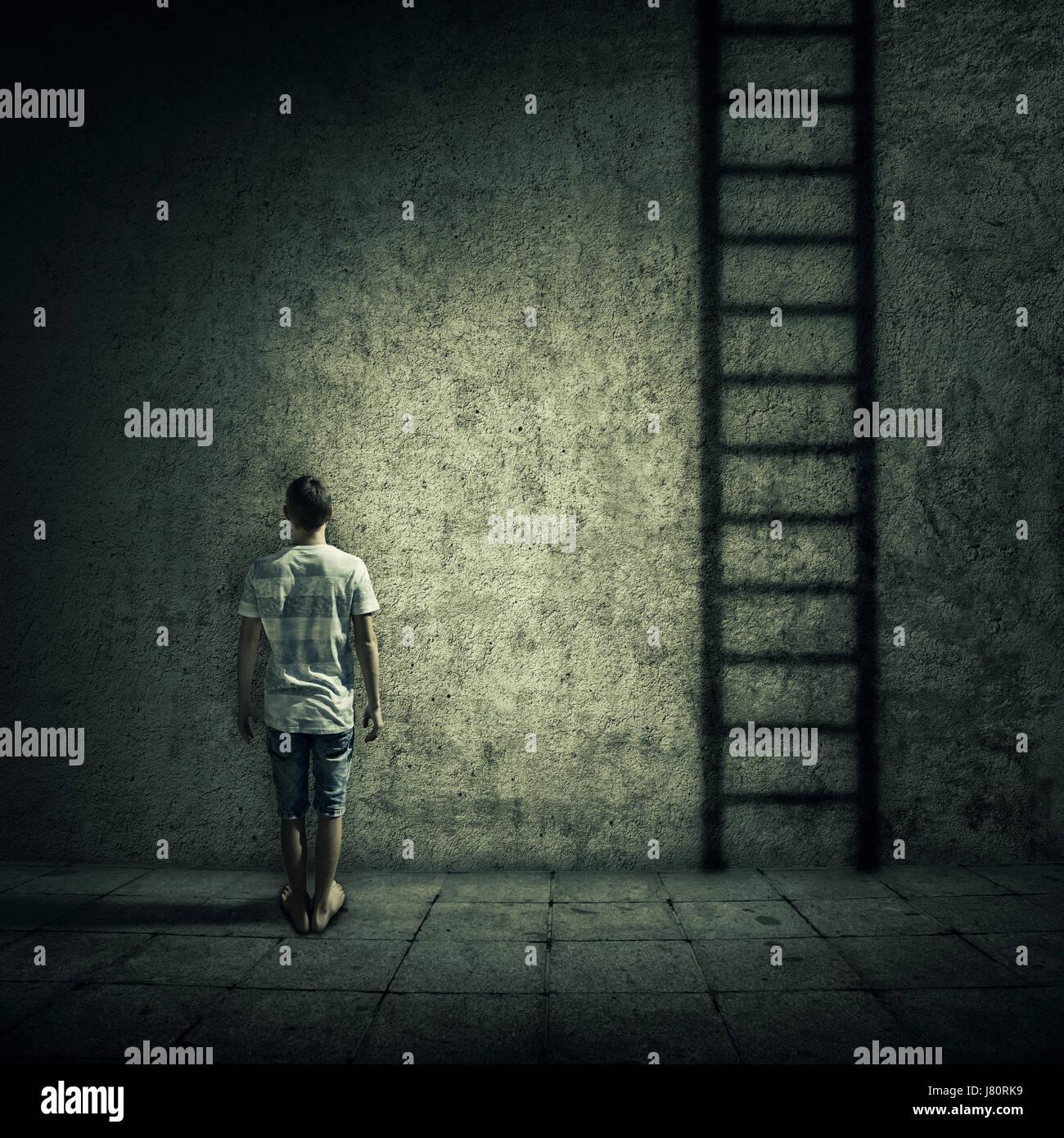 Idea astratta di una persona in piedi in una stanza buia, di fronte a un muro di cemento, immaginando una scaletta Immagini Stock