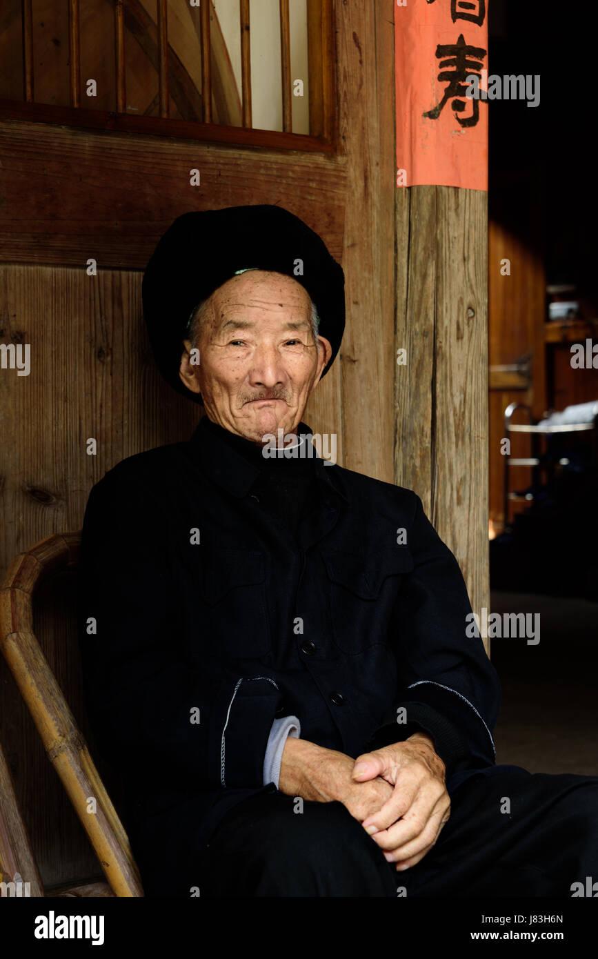 Anziani cinese che vive a Linkeng o Lingshang Renjia antico borgo, Yongia County, il fiume Nanxi area nota per la Immagini Stock