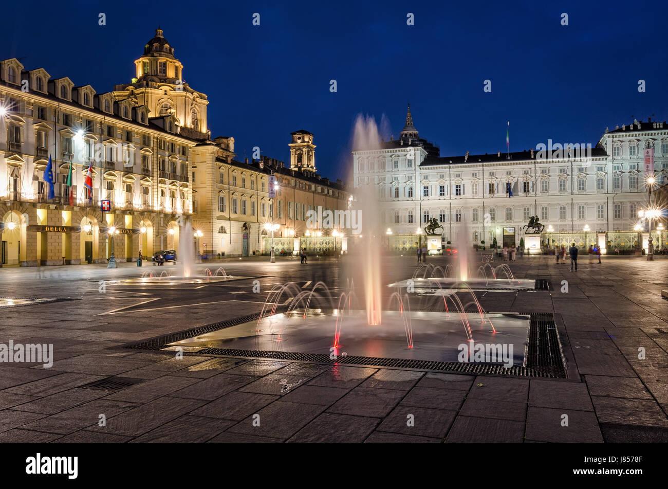Torino Piazza Castello con la fontana in primo piano al crepuscolo Foto Stock