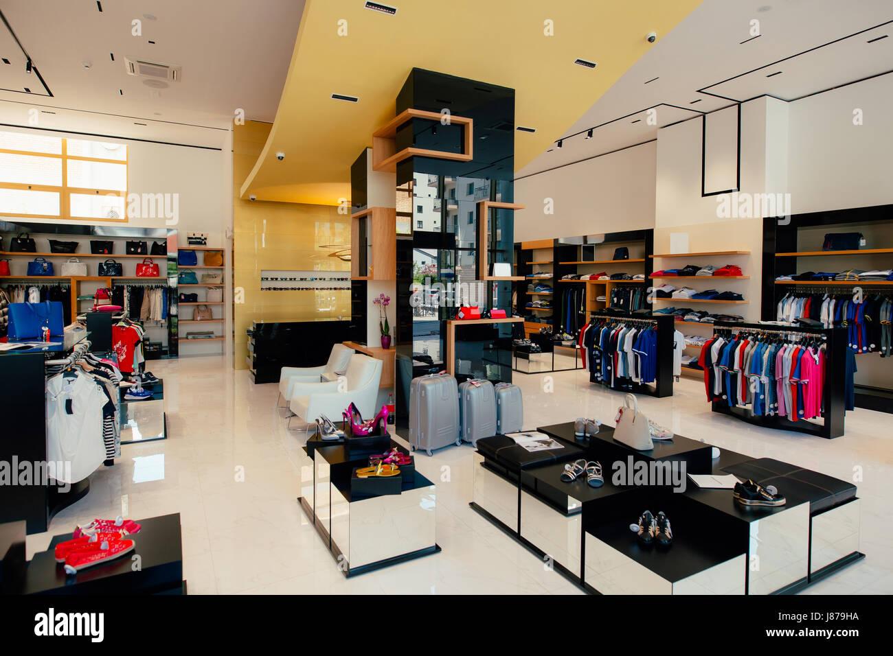 78ebf5f53e52 Interno di un negozio di abbigliamento. Capi di abbigliamento per uomini e  donne sugli scaffali del negozio. Shopping fine hall Negozio di  abbigliamento.