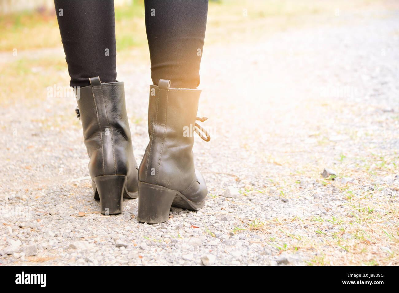Una donna gambe indossando stivali neri con tacco alto Foto