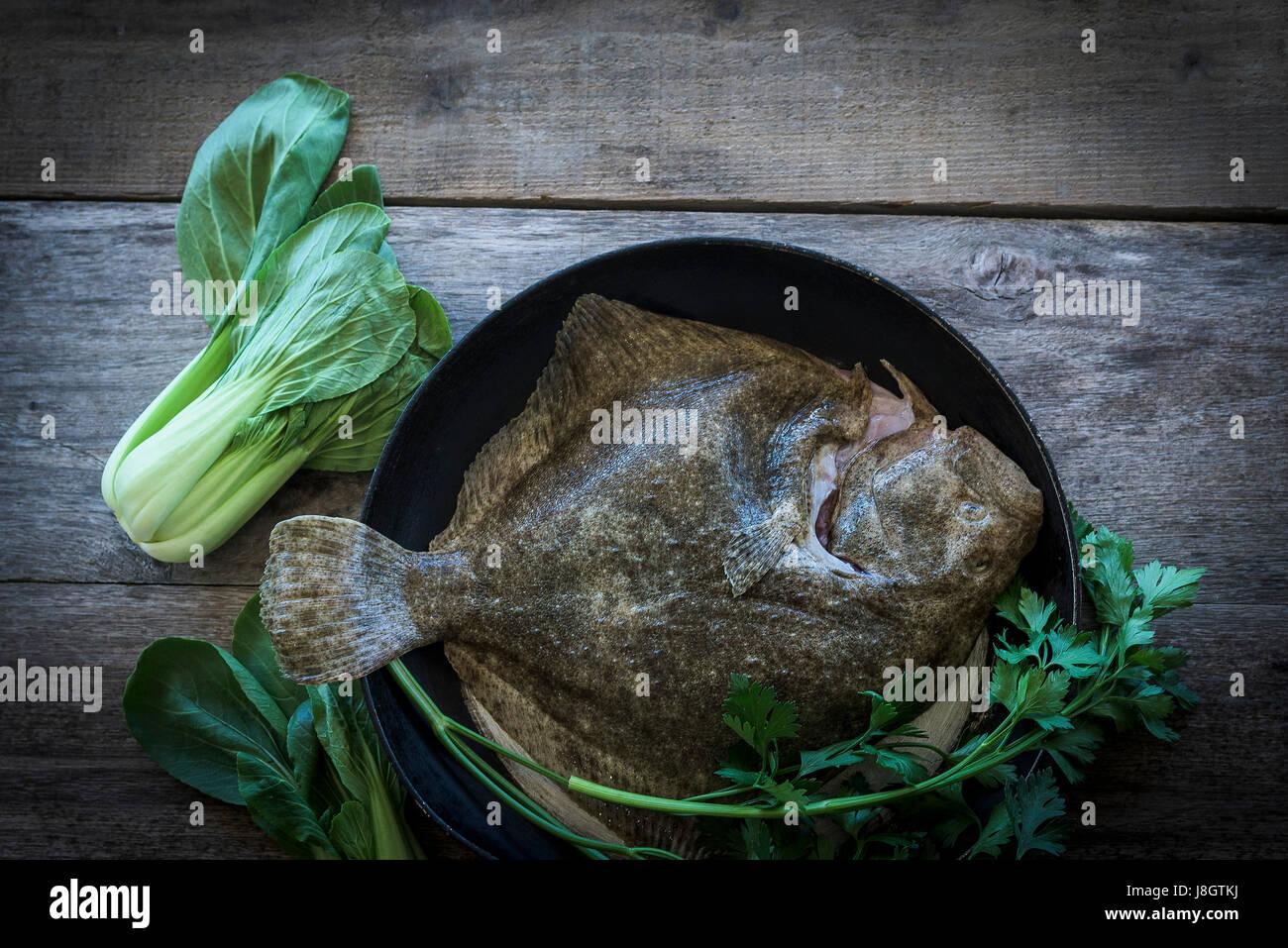 Un Rombo Circondato Da Baby Verdure Cibo Pesce Frutti Di Mare E I