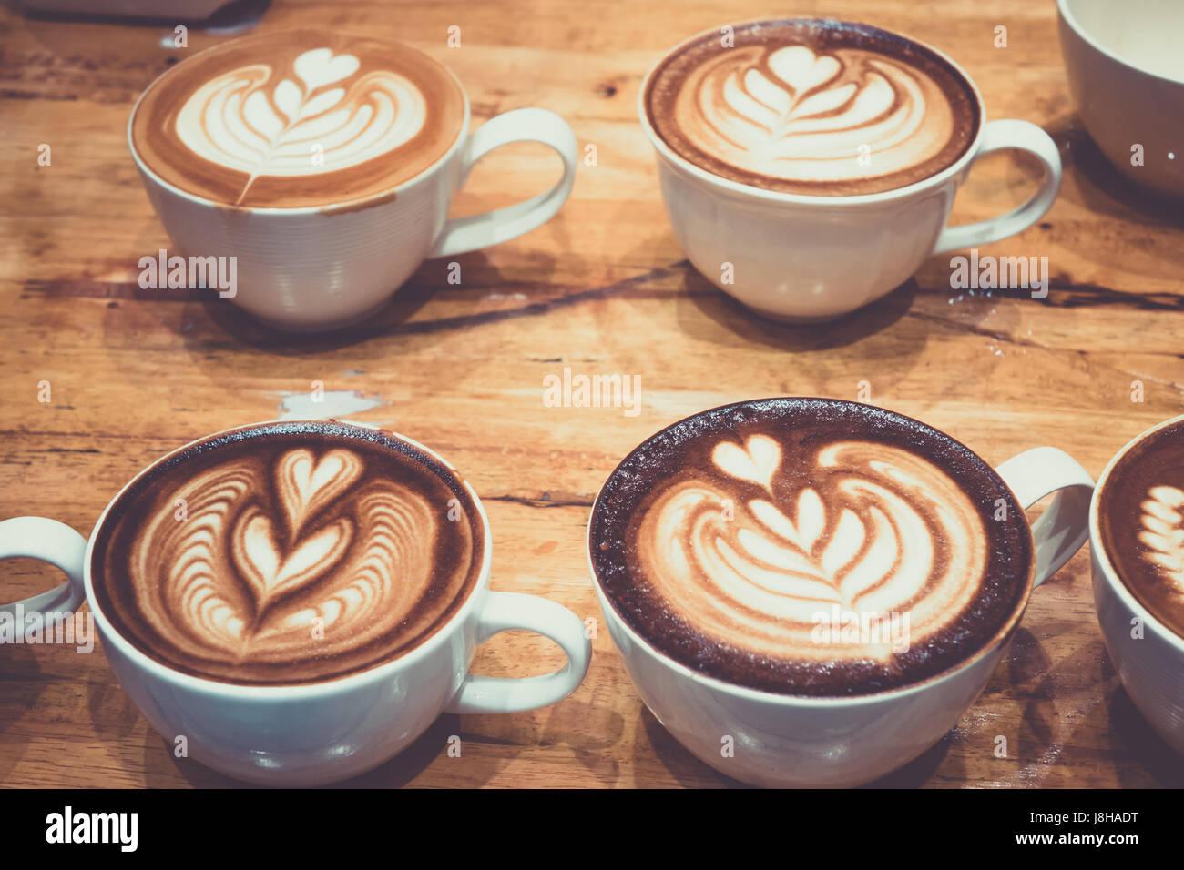 Tazza di caffè con latte belle forme d'arte. Immagini Stock