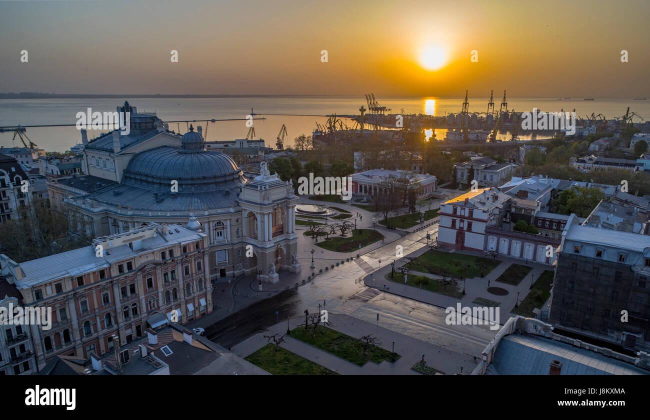 Immagine aerea di sunrise su odessa opera house ucraina. il porto di Odessa è in background Foto Stock