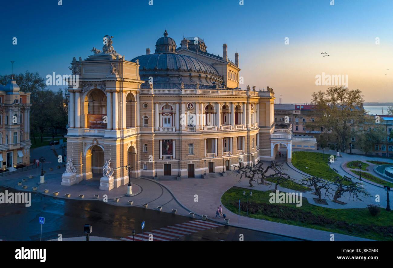 Bella drone elevata immagine dell'Odessa opera house ucraina a sunrise. Foto Stock
