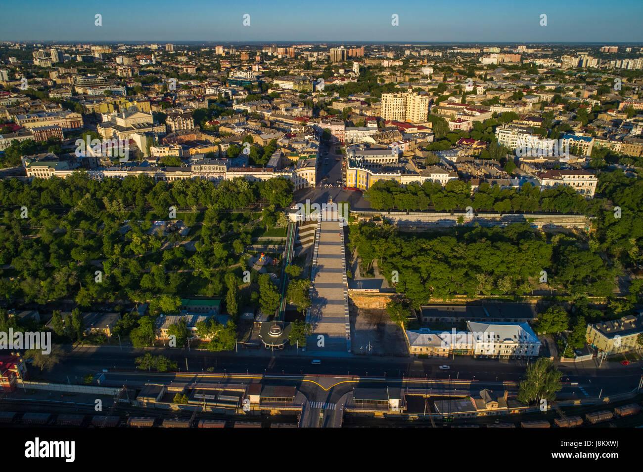 Drone elevata immagine del Potemkin Scale e prymorski boulevard con istanbul pakr e la skyline di odessa dietro. Foto Stock