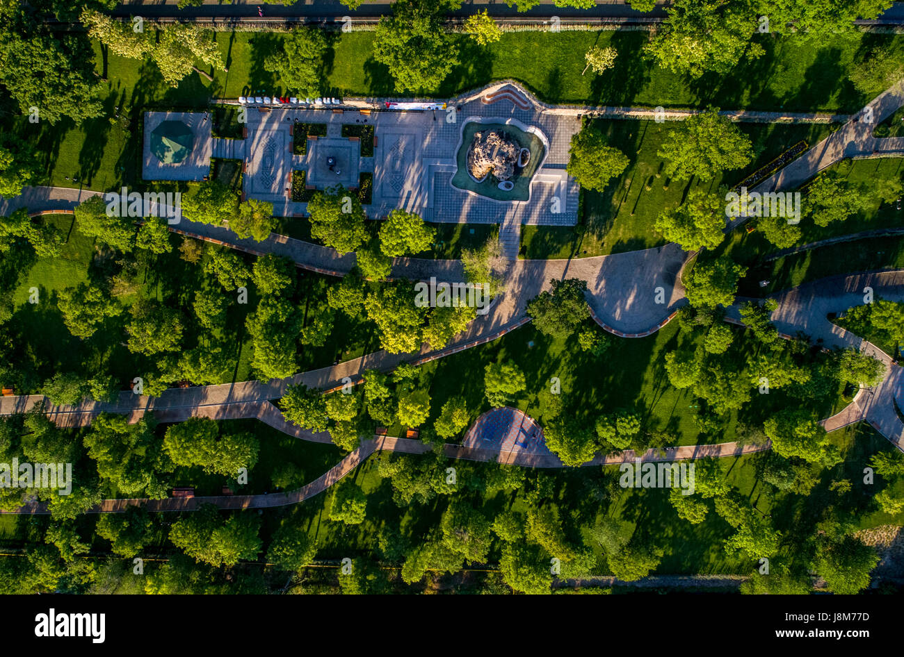 Drone shot guardare direttamente verso il basso presso il recentemente ristrutturato istanbul park in Odessa Ucraina Foto Stock