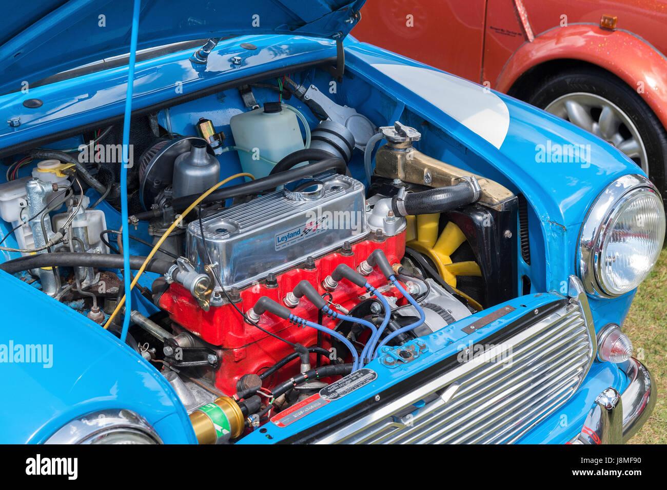 Il motore in una classica mini auto Immagini Stock