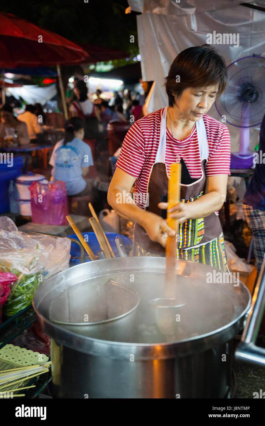 CHIANG MAI, Thailandia - 27 agosto: Donna cuochi presso il mercato della domenica (walking street) il 27 agosto Immagini Stock