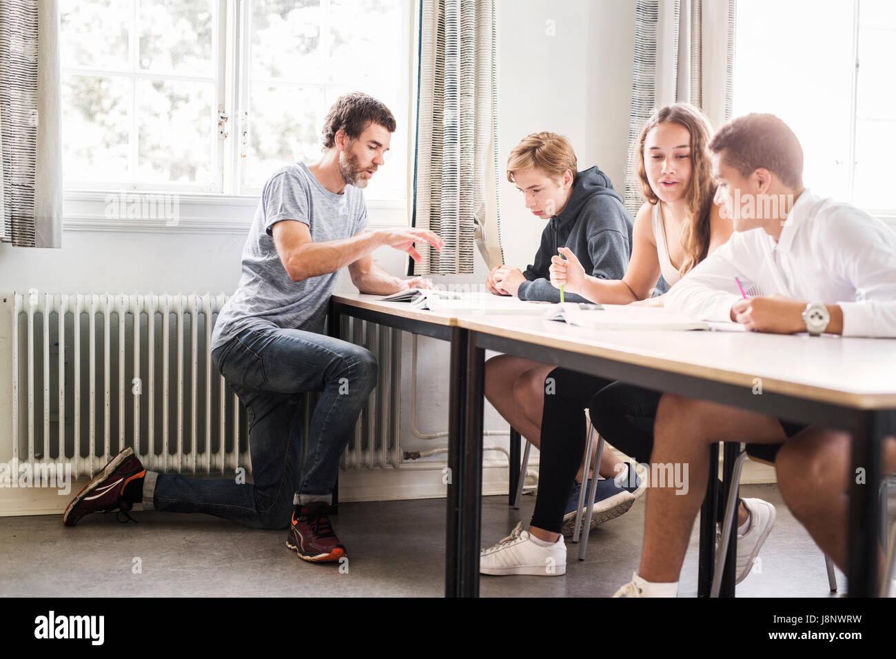 L insegnante e gli studenti (14-15) in aula Foto Stock