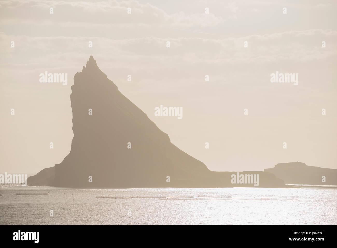 Silhouette di montagna con il mare Foto Stock