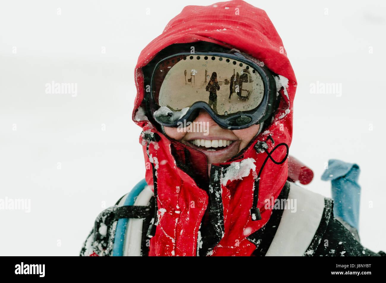 Donna che indossa gli occhiali da sci Foto Stock