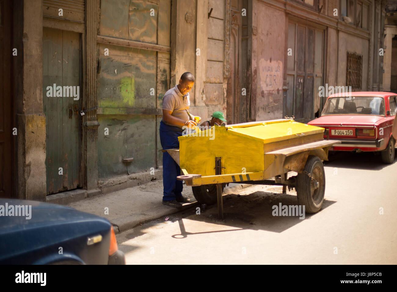 Andando a dipingere un carro, Havana Immagini Stock