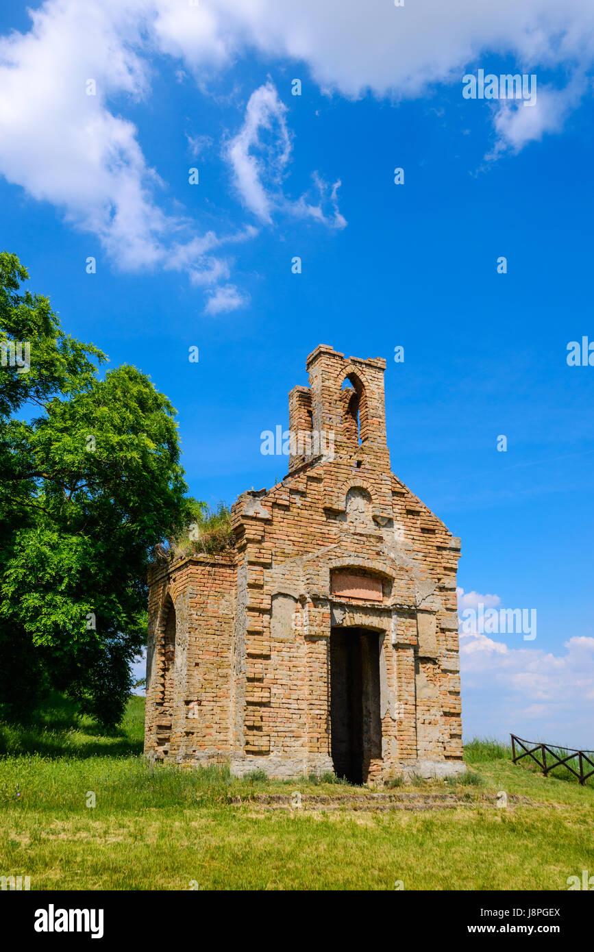Resti del vecchio monastero in rovina Chiesa sulla collina sopra la piccola cittadina di Titel in Vojvodina, Serbia Immagini Stock