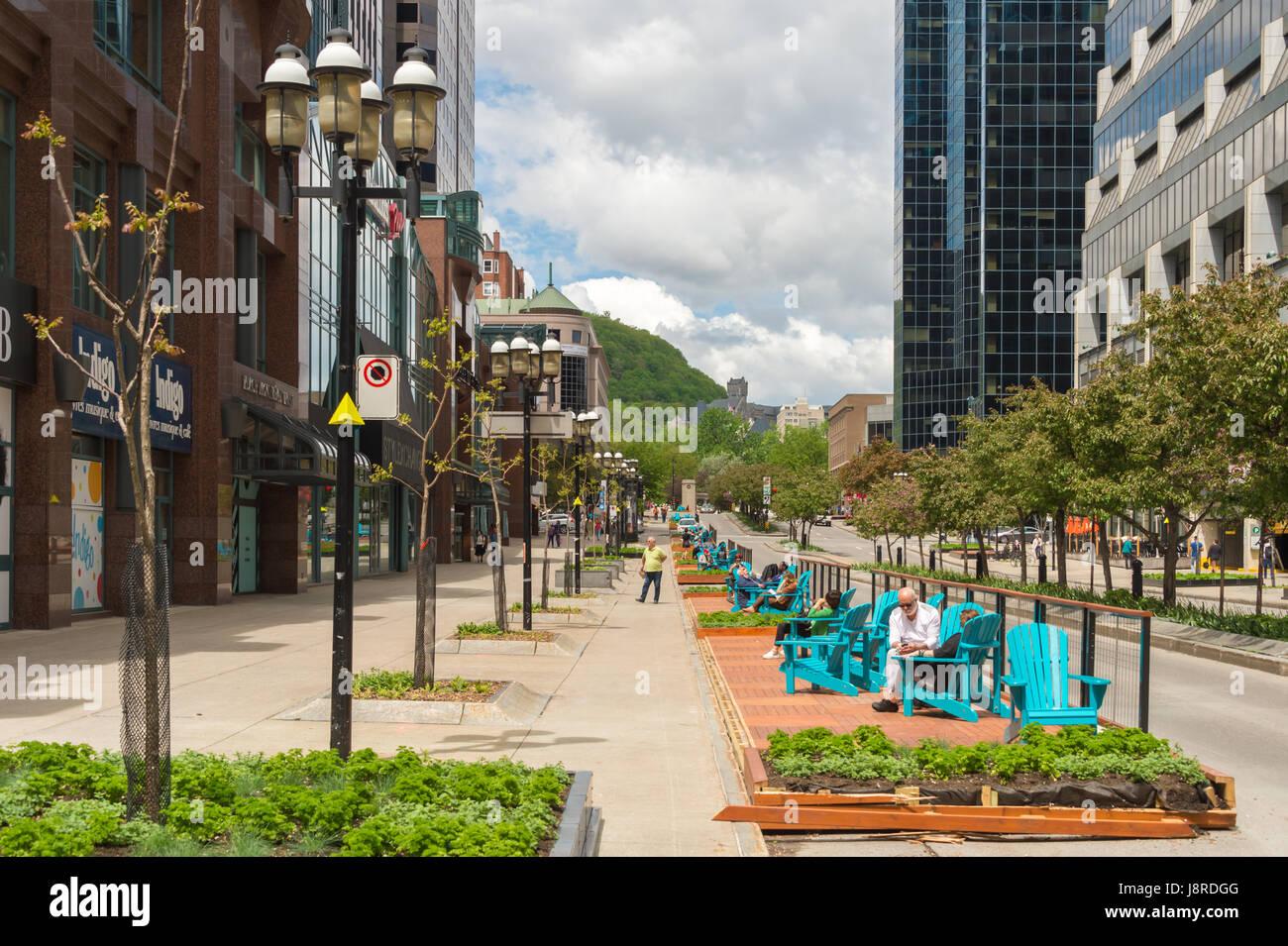Montreal, CA - 27 Maggio 2017: Urban passerella Fleuve-Montagne progetto su McGill College Avenue con Mont Royal Immagini Stock