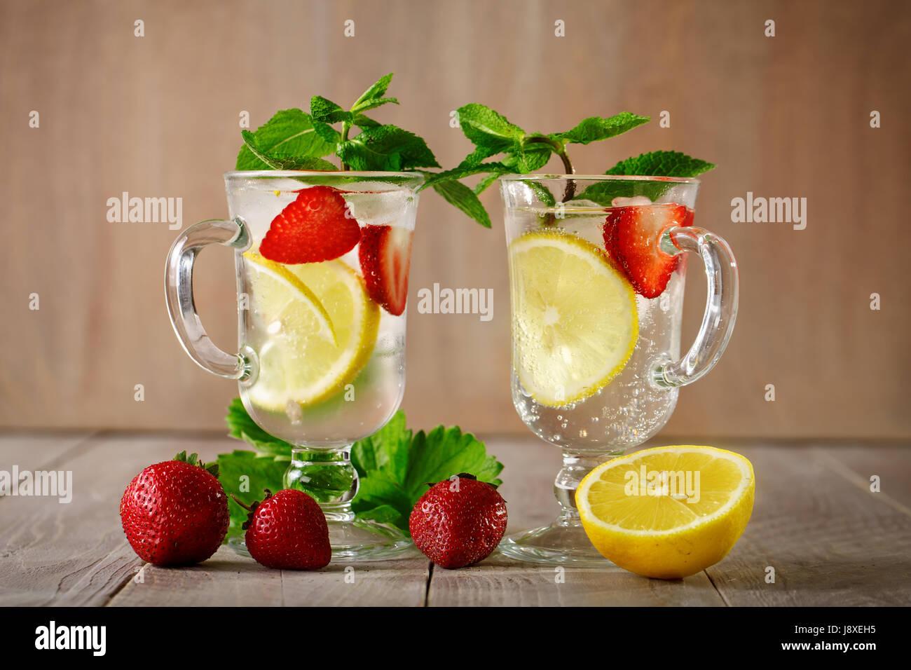 Estate fresca bibita salutare con limone e fragole con ghiaccio. Foto Stock
