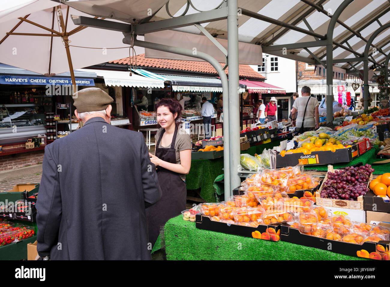 Il tempo per una chiacchierata, Shambles Mercato, città di York, Regno Unito Immagini Stock