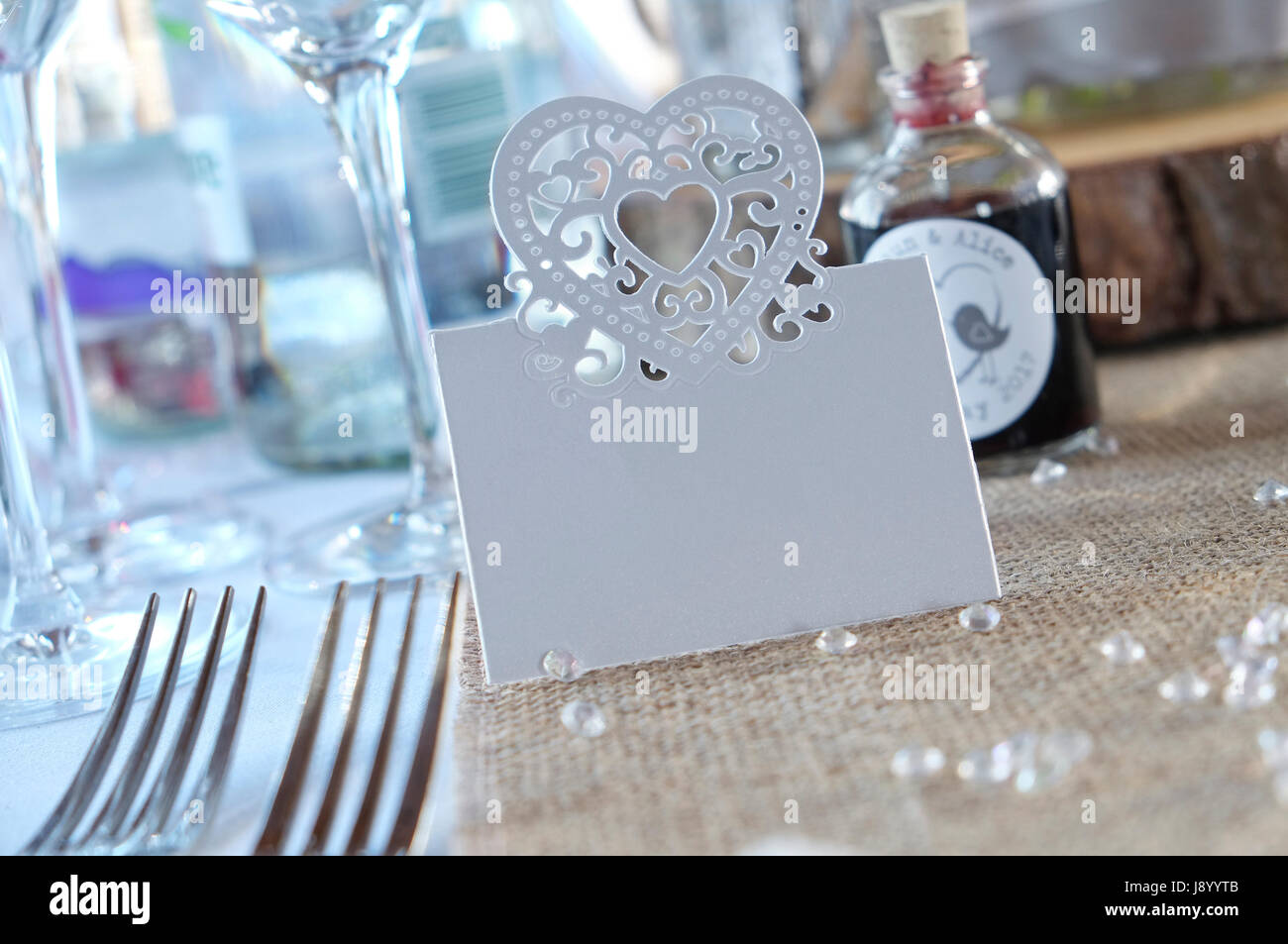 Cuore vuoto a forma di scheda di nozze su tavola Immagini Stock