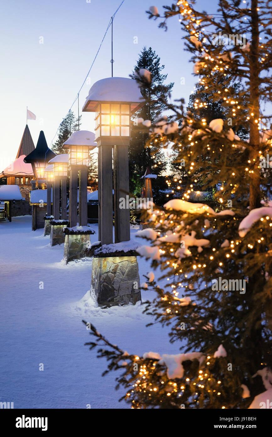 Villaggio Di Babbo Natale In Lapponia.Street Lanterna Nel Villaggio Di Babbo Natale Con Alberi Di