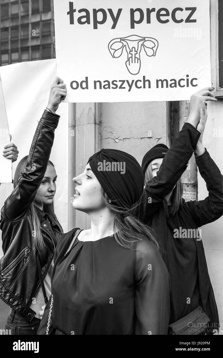 Le proteste in Polonia contro il divieto totale di aborto, nero protesta per i diritti delle donne, le donne a protestare. Immagini Stock