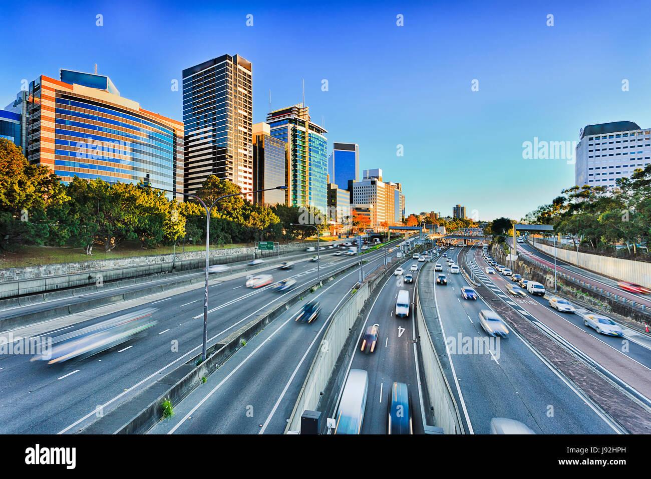 Ampia vista del multi-lane Warringah freeway andando attraverso North Sydney durante la mattina Rush Hour picco Immagini Stock